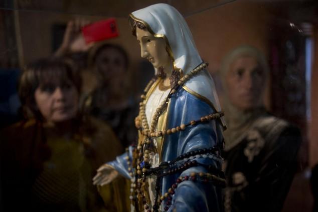 catholic-statue-virgin-mary-weeping-oil-in-israel