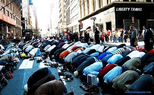 muslim-day-parade-new-york-city-praying-in-streets