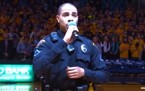 police-officer-carlton-smith-sings-national-anthem-star-spangled-banner-when-booked-singer-gets-stuck-in-traffic-nteb