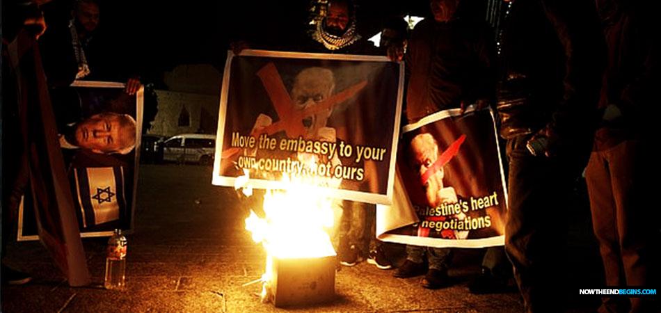 palestinians-burn-trump-photos-us-embassy-move-jerusalem-israel-nteb