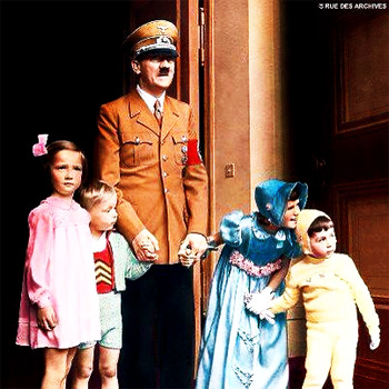 obama-and-hitler-surround-themselves-wth-children-gun-control
